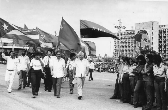 Куба, площадь Революции в Гаване. Делегация гидростроителей СШ ГЭС приняла участие в торжествах, посвященных 30-летию штурма казармы Монкада (1983 г.)